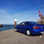 NISSAN 100NX auf Texel, mit Sicht aufs Meer